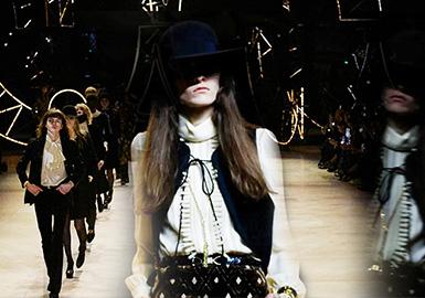 """CELINE 2020 秋冬, 依舊帶著創意總監Hedi Slimane強烈的個人標簽,窄瘦高挑的男女模特,文藝優雅卻有著滲透到骨子里的搖滾情懷。整場秀再現了1970年代的巴黎,資產階級的年輕男女們街頭漫步的場景。""""性別模糊""""依舊是當下時裝界的熱門話題,也逐漸成為一種主流理念。Hedi 說,他的秀場是""""unisex""""(無性別)的,男裝可以女穿,女包可以男背,更好的拉長消費者年齡線;此次他更是將CELINE男女裝秀場首次合并,對當下時裝逐漸模糊的性別界限進行了更深入的探討。"""