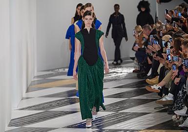 """廓形和面料是西班牙品牌Loewe创意总监 Jonathan Anderson 用来打造2020fw的关键元素。""""我分析了西班牙文化以及外界是如何看待他的,"""" Jonathan Anderson """"在表演结束后在后台解释到我致力于如何将西班牙的经典形象搬入到人们的衣柜当中,我非常享受构建衣物廓形的过程。上一季我关于廓形以及面料的工作非常成功,所以在这一季我决定延续这一设计思路。""""本次发布会中充斥大量西班牙传统陶瓷图案为主体的简化印花,款式局部廓形以复古的宫廷造型为蓝本进行演绎,与陶瓷艺术家联合设计使本次秀场成衣中出现大量陶瓷装饰制品,一切都符合Jonathan Anderson 心中对西班牙的理解体现。"""