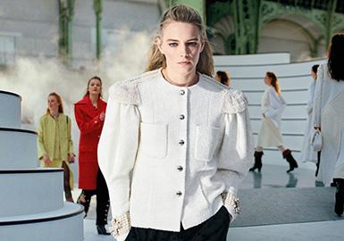 "CHANEL 2020 秋冬系列大秀在法国巴黎大皇宫再次展示了令人印象深刻的时装秀。本季大秀的灵感来源于,过去香奈儿女士喜欢把自己拥有的赛马命名为 ""Romantica"",以及印象中卡尔拉格斐(Karl Lagerfeld)一张脚踩骑士马靴的照片,以此勾勒出这一季马术服装的轮廓,Virginie Viard热爱的法国导演夏布洛(Claude Chabrol))的作品《女鹿》(Les Biches),女人妩媚但同时又具有刚毅的模样,变成个本季 Chanel 想呈现出的气质。Virginie Viard凭着独到的剪裁功力就可以让标志性的廓形外套焕发新生,在前卫的风格中变化万端、无从捉摸而又不拘一格,糅合的波浪型的领口和衣襟,无不散发着浪漫又柔情的属性。"