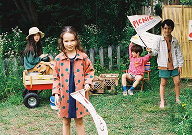 韩国童装品牌Jelly Mallow2020春夏以野餐为主题,提倡去无忧无虑地享受万物更新的春天,以轻松愉悦的期待心情迈入温暖可爱的夏季。低饱和度的色彩搭配是Jelly Mallow的一大特色,同时手绘插画的巧妙运用赋予实用款式更多趣味性。