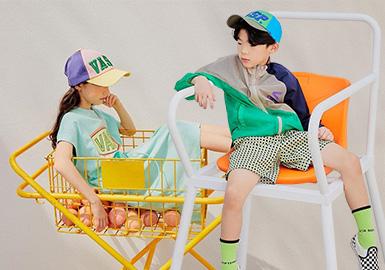 来自韩国的童装品牌via september,2020SS以休闲运动风为主线,出彩的色彩搭配刷新运动拼接,以品牌Logo为主要图案,呈现简约极致时尚运动感,弱化性别感的设计特别适合校服品牌借鉴。