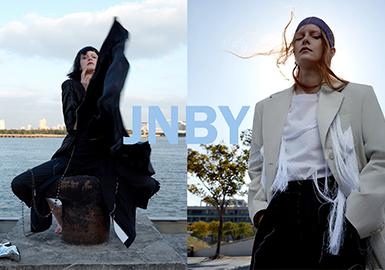 JNBY2020春夏季的设计透过不同电影中的女性角色,剖析女性身份集体无意识的形成,并从中找到自己,选择自己,借由服装让外在的人格更加立体,实现女性角色身份的再创造,呈现多元的,独立的人物群体。