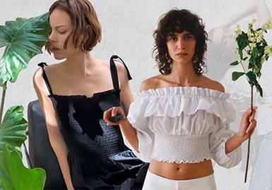 ZARA2020春夏系列将独特的时装语言,蹂于精选的面料材质和多样款型中,邂逅欧式浪漫,诉说不随波逐流的时尚态度。天鹅绒勾勒柔润气质,镂空设计演绎神秘性感游走奢华与简约,构建亦成熟亦温柔的女性美。在特殊的时期,zara新品拍摄,由远程摄影师远程操控而成。超模们居家用手机自拍完成。Freja、Anja Rubik、Malick Bodian 等一众超模参与自由发挥,创造出了这些居家特色且简单高级的新品。