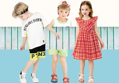 来自韩国的童装品牌Petite mieux以其简单而复杂、自然而别致的情感护理时尚风格赢得大众的喜爱,2020春夏本季度主要以优质的面料为基础结合时尚个性的设计亮点打造出更适合孩子的时尚品类。本季度女童格纹连衣裙尤为出色,以荷叶边元素贯穿整季,让女童尽显甜美可爱感,男女童时髦别致的套装设计也为本季度增彩不少。