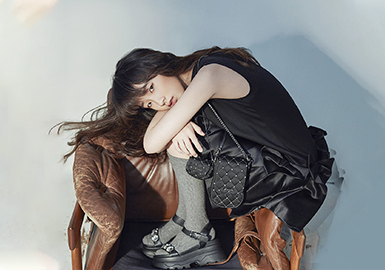 ORYA始创于1992年,品牌用对流行的态度和经典完美融合,设计出一系列有品质的精致服饰,刻画女性的内心世界。其系列产品分为JORYA服饰、costume高级定制、礼服及配饰。JORYA对女人有着独特的见解,以极致的设计和产品理念,让女性优雅性感的魅力全面绽放。