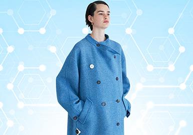 根据POP6-7月用户下载量TOP100女装大衣数据分析。大衣的风格以简约中淑风格为主,其中时尚休闲风格整体有上升的趋势,面料上采用毛呢拼接皮革面料,融入时尚元素。廓形上以直身型为主,其中超长及地的廓形持续增加,工艺上运用质地厚薄差距明显的面料进行拼接,增加款式细节,褶皱工艺的运用在灯笼袖、个性下摆等细节都有体现,是重要的工艺方向。
