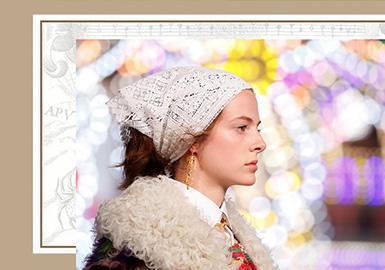 作为疫情后唯一按照原定地点发布的早春秀,Dior2021 早春度假系列于意大利普利亚(PUGLIA)隆重举行。全新系列自充满神奇奥妙的普利亚汲取灵感,展现出女装创意总监MARIA GRAZIA CHIURI(玛丽亚·嘉茜娅·蔻丽)对世界的全新解读。