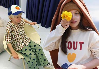 2013年创立的韩国童装品牌Jelly Mallow,在20/21秋冬以简约的文字、几何为主要图案元素,结合温暖低饱和度色彩、舒适的材质来打造款式,为孩子们带来舒适的时尚体验。