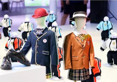 """2020届上海国际校服·园服展(ISUE),以""""以服育人,质与美结合,创校园文化新生力""""为主题,主要结合英式校服庄重严谨的文化精髓,环保可持续的设计理念,通过不同色彩、裁剪的运用,让校服款式呈现出更多新意,更加前卫时尚。"""
