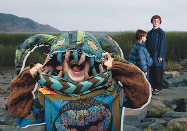 """动态1:jnby BY JNBY联名snoopy 举办70周年 MoCA 动漫美学双年展。动态二:以""""劳动""""为主题的摄影照片成为jnby BY JNBY 20FW的重要灵感元素,结合款式带来时尚艺术感觉。"""