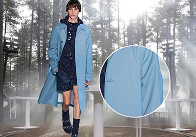由于线下展会受到疫情冲击,2021S/S四大国际时装周采用了全新的展示方式,以线上线下相结合举行。本季时装周中,男士风衣外套品类无论是面料材质,还是款式设计都在实用的基础上融入了功能性,尤其是精梳羊毛与光泽材质的混纺成为了本季关键性面料,不但引领了全球男士风衣和外套的新一轮趋势方向,同时也让秀场时装与精致生活完美的融合。