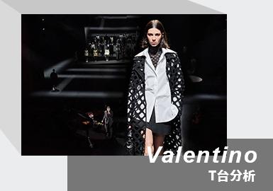 本季Valentino 21/22秋冬男女装秀于重开的米兰小剧院全新发布,伴随着英国歌手Cosima演唱的《The Fun Is Here》,模特们在追光灯的照耀下徐徐走来,共赴一场静谧华美的盛宴。黑白双色,是这一季的主旋律,从色彩上彻底逾越性别规范,只用单一黑白色以及走秀中穿插金色,告别以往华丽色调,转而回归高级质感,加之视觉效果强烈的镂空格纹、波点图案,彰显当季衣橱的中性风格。创意总监Pierpaolo Piccioli表示,在这个非常时期重开剧院,绝对是一次大胆尝试,同时也是一种希望、一种朋克姿态。本季配合着颇具艺术感的冷峻妆容,以及黑白色构成套装居多的时装系列,强调全新的Valentino浪漫主义自由精神态度。