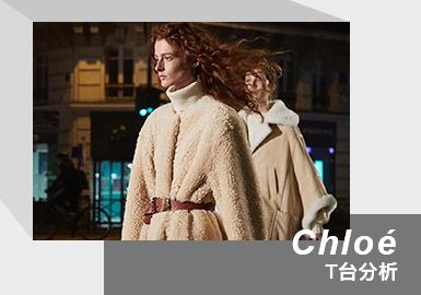 """北京时间 3 月 3 日晚 8:30,Chloé 2021秋冬系列在巴黎时装周如约而至。这是新任创意总监 Gabriela Hearst 上任后发布的首个系列。大秀正式开始之前,Chloé 官方放出了几则预告,温柔的色调和斑驳的光影预示着本季慵懒而温暖的情调。这场秀以创意短片的形式发布,模特们迈着节奏感极强的步伐从巴黎街头的咖啡馆鱼贯而出。短片的背景音乐由四届拉丁格莱美获奖者音乐人 Juan Campodonico 制作,在电音的基础上融入了节奏感强烈的拉美民族音乐,鼓点鲜明,动感十足。模特们穿过斑马线,来到主秀场——一片宽阔的石板路。这一季的灵感来自可持续理念,创意总监 Gabriela Hearst 用 30 个全新 look 诠释了带着环保使命的 Chloé 女孩们。这是一场环保的大秀,不止秀场 """"纯天然""""。面料上,50% 以上的丝绸来自有机农业,80% 以上的针织羊绒纱可回收,简约的纯色珠宝首饰降低了电镀加工过程中对环境的破坏,手袋内衬使用的是天然亚麻布。"""