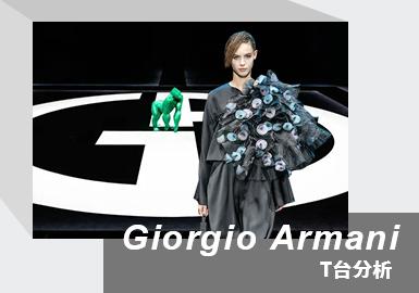 """本季秋冬系列Giorgio Armani先生再一次在经典的基础上加以改进,女装系列主题是「Nocturnal」(夜行者),保持着精准的流畅线条,融入更加优雅休闲的元素,让穿着者拒绝伪装,放心做自己。受疫情影响,Armani先生取消了传统的秀场发布形式,未邀请任何嘉宾到场看秀,本季秋冬大秀依旧是以网络直播的形式呈现21/22秋冬系列。秀场中央印有的Giorgio Armani巨型白色logo与纯黑底色的方形台相得益彰,同时搭配整体偏暗的秀场空间,让整个大秀独具一股现代摩登的神秘感。醒目伫立在秀场正中的是一只绿色大猩猩,名为""""Uri"""",是艺术家Marcantonio Malerba原作大猩猩的复刻版本。Uri意为""""我的火焰,我的光"""",它不仅是Armani先生对动物与自然的热爱表现以及强烈的环保意识,更是在米兰明朗的环境中创造出一种氛围截然不同的绿洲。本次大秀结束之时,Armani先生与秀场中央的绿色猩猩Uri合影谢幕,亦是呼吁人们热爱时尚的同时也要注重保护自然。"""
