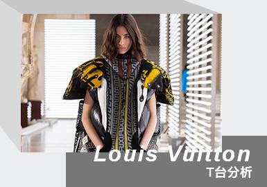 "Nicolas Ghesquière 掌舵的 LOUIS VUITTON 女装,日前于巴黎时装周正式发布 2021 秋冬系列秀场。本季,品牌择址巴黎卢浮宫三大展区之一的德农翼(Denon Wing)为展示空间,呈现秋冬新作,收录于法国电子音乐团体 Daft Punk 首张专辑《Homework》中的单曲《Around the World》,作为系列背景音出现,而来自意大利的艺术设计工作室 Fornasetti 的一系列手稿创作,继而成为了 Nicolas Ghesquière 描摹 2021 秋冬视觉的灵感溯源。德农翼展厅内分布四周的古典主义雕塑,与《Around the World》的现代旋律交错相融,Fornasetti 的手绘艺术作品辗转腾挪于西装外套、宽幅大衣、马甲、A 字裙在内的各类单品之上,Nicolas Ghesquière 处理廓形与视觉元素的功力于 2021 秋冬尽显无疑,配合着印花图案传递出的外放感,以及廓形同建筑空间的一种和谐,人们得以感知到 LOUIS VUITTON 2021 秋冬的情绪。""我想要一些有冲击力的东西,传递出对未来的希望和喜悦,一个时尚的时刻"",Ghesquière 在秀后谈及新季创作时说""A moment of fashion"",在经历了疫情冲击后长时间的隐忍和克制后,时尚理应需要回归到欢愉的状态中,以期更好地迎接新生。"