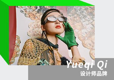 "Yueqi Qi由设计师戚玥琪创立于2019年,是当下成长最为迅猛的中国设计师品牌之一。戚玥琪毕业于中央圣马丁学院,曾效力于CHANEL、DIOR、BALENCIGA和GIVENCHY。品牌极力传承中国传统元素,将中国传统的手工艺与个人主义化设计结合,个人情感故事为出发点,以极为戏剧化的表现手法演绎当代中国式的服装语言;珠串编织工艺为品牌特色,传承高定配饰概念。2021/22秋冬系列以""仙童号""为核心词(这个充满童趣又稍带神秘感的名字来源于戚玥琪丈夫的家族中曾经拥有的一架飞机),在同样作为""外来者""的文化视角下,戚玥琪希望通过她和丈夫托马斯一同回到家人身边的故事,来解释""传承""与""使命感""。超越故土本色的异域文化碰撞,颠覆传承形态,整个系列更加灵动体现出浓郁的温馨与惬意。"