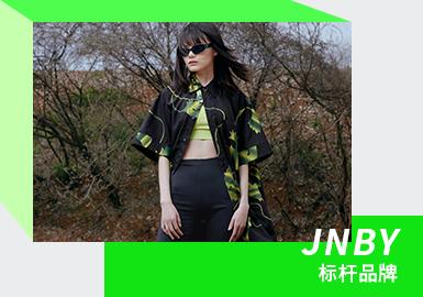 """作为中国本土设计师设计品牌之一的JNBY,创立于1994年,总部位于中国杭州。至今江南布衣集团已在中国大陆北京、上海、广州、深圳及海外北美区域美国纽约、加拿大温哥华等地建立了直营公司,在全球共设有1931个零售点 ,主要分布在国内二、三线城市,其中JNBY有914家, CROQUIS速写331家,jnby by JNBY 462家,less 188家, POMME DE TERRE 33家。江南布衣 (JNBY) 品牌推崇""""自然、健康、完美""""的生活方式,""""Joyful Natural Be Yourself""""这四个单词很好的诠释了江南布衣 (JNBY) 的品牌理念,旗下品牌包括JNBY、速写(CROQUIS)、jnby by JNBY、less、Pomme de terre(蓬马)、JNBYHOME、REVERB、A PERSONAL NOTE 73等。"""
