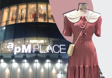 韩国首尔东大门市场的物品从各种小的流行装饰品到器皿、玩具、首饰等等应有尽有,而且物美价廉,因此这里总是簇拥着地方城市的零售商和外国游客。优秀的服装开发能力、多品种小批量生产、采用快速反应系统最短时间交货、合理的价格等都是这一地区的特点,同时这也是亚洲最大的时装行业集群之一。尤其是这里兼有批发和零售,并因深夜购物者众多而闻名。购物中心以最新的款式、明亮的照明、宽阔的通道、轻快的音乐吸引着来自韩国乃至世界各地的年轻人。疫情期间由短暂的萧条过,现下虽没有完全恢复往日繁荣,但客流量相较于疫情期间已恢复许多。