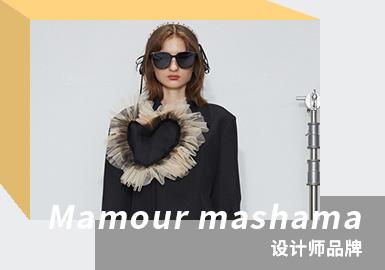 """品牌名 MAMOUR 来自法语""""亲爱的""""一词,设计师MASHA MA毕业于伦敦中央圣马丁,拥有同名品牌MASHA MA及副线品牌MA by MA STUDIO。2013年与D2C合作推出独有品牌MAMOUR。设计师倡导重视自我情感表达并将其揉碎重塑,风格整体以黑白色为主,网纱、荷叶边、金属装饰、变幻莫测的肌理对比,风格大胆创新,廓形与细节并重。2021/22春夏灵感来自《爱 死亡和机器人》中的一集《祝有好收获》,是一个东方的神秘浪漫与西方的赛博朋克产生剧烈冲撞的故事。本季设计中大量应用了不规则褶皱肌理、刺绣荆棘和菱格立体透视薄纱等面料,金属链条及珍珠装点呈现运动机能风,营造暗黑甜酷韵味。"""